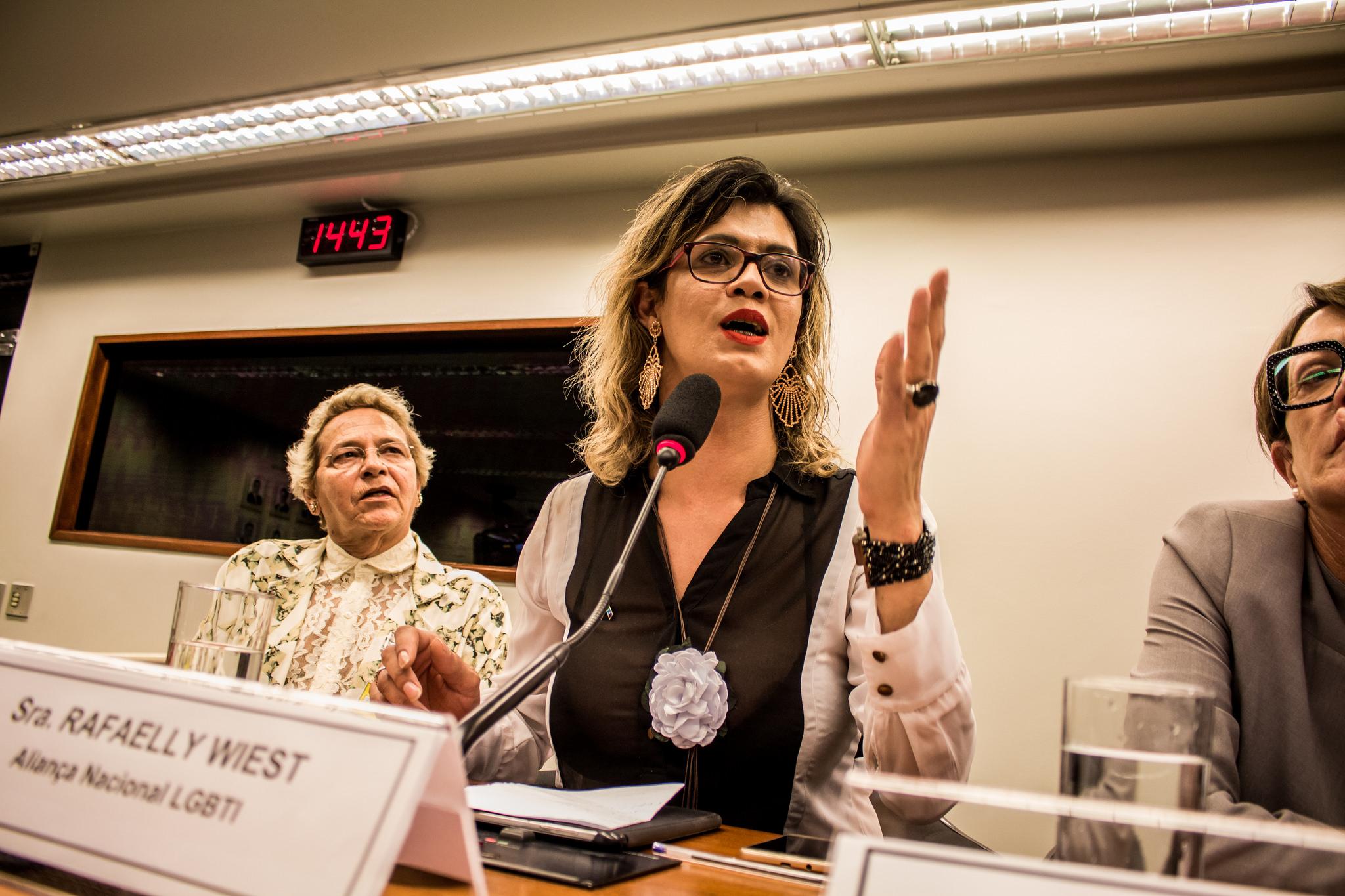 Em foco, Rafaelly Wiest, Diretora Administrativa da Aliança Nacional LGBTI+ falando na mesa da audiência pública