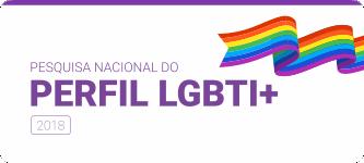"""Fundo branco com a borda superior roxa. Tem uma ilustração de uma bandeira LGBTI+ em movimento no canto superior direito e o texto em destaque """"Pesquisa Nacional do Perfil LGBTI+ 2018"""""""